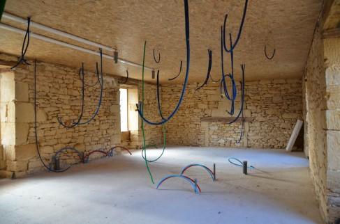Les chambres du rez de chaussée après passage des gaines électriques et des arrivées d'eau