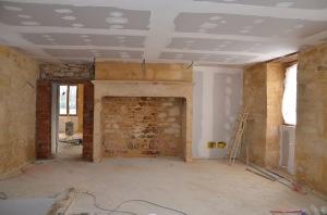La salle à manger et sa grande cheminée