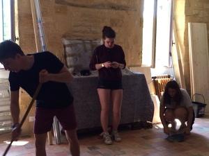 Harold, Clarisse et Caroline lessivent les tommettes
